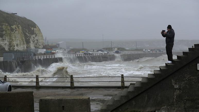 طوفان ویرانگر سیارا به اروپا رسید، لغو پروازها و حرکت قطارها و کشتی ها در بریتانیا و فرانسه