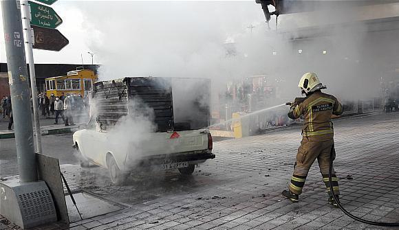 مهار سریع آتش سوزی وانت بار در میدان آزادی